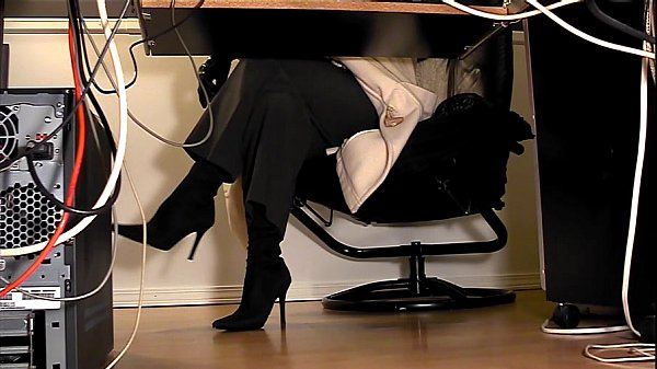 Веб камера под столом секретарш